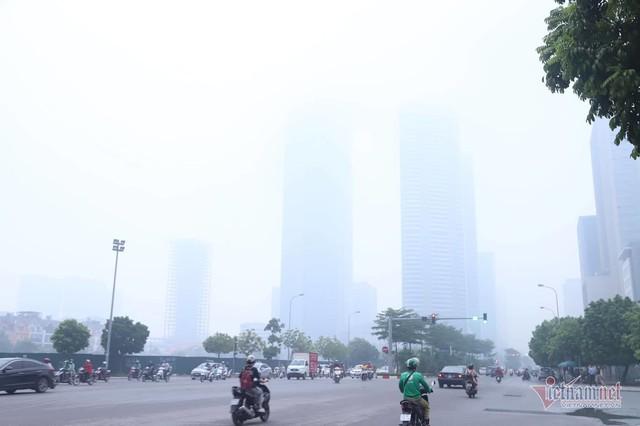 Sương mù giăng phủ Hà Nội, cao ốc mất hút - Ảnh 1.