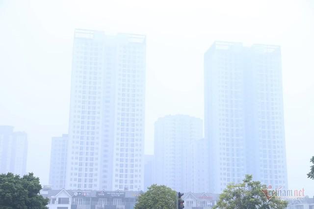 Sương mù giăng phủ Hà Nội, cao ốc mất hút - Ảnh 2.