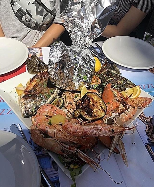 Thử 1 lạng , khách Việt bị nhà hàng ép trả tiền gần 5 kg hải sản - Ảnh 2.