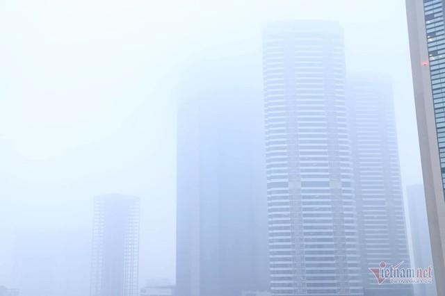Sương mù giăng phủ Hà Nội, cao ốc mất hút - Ảnh 4.