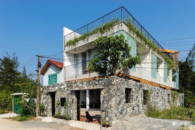 Ngôi nhà cách biển vài bước chân có vẻ đẹp thân thuộc, tạo nên chốn đi về ấm áp cho vợ chồng trẻ ở Quảng Nam - Ảnh 1.
