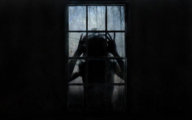 Con gái 4 tuổi thường xuyên nhìn thấy ai đó bên ngoài cửa sổ vào ban đêm, bố mẹ nhói lòng khi tìm ra sự thật - Ảnh 1.