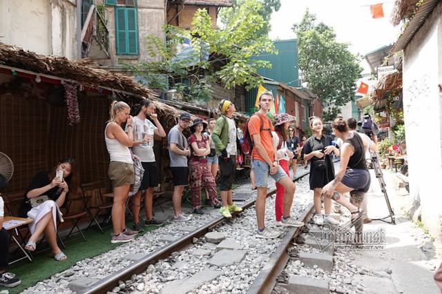Hà Nội xóa sổ các quán cà phê đường tàu - Ảnh 1.