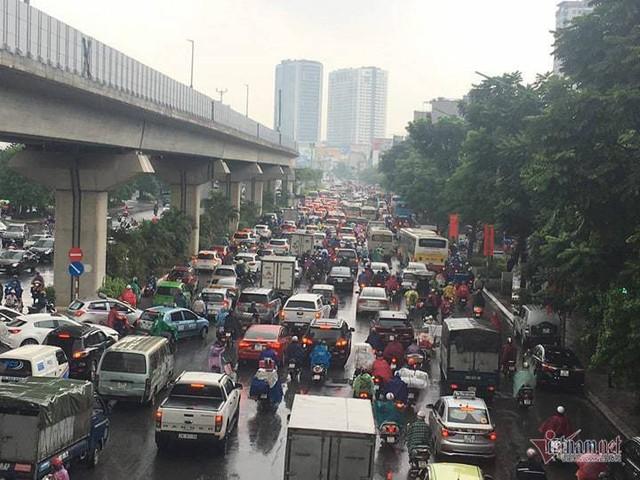 Hà Nội mưa, tắc triền miên từ sáng tới trưa - Ảnh 6.