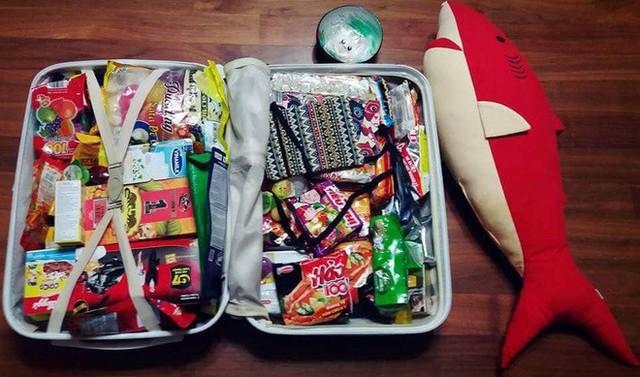 Xôn xao tấm ảnh của một thanh niên Hàn Quốc du lịch từ Việt Nam trở về: Vali toàn mỳ gói! - Ảnh 2.