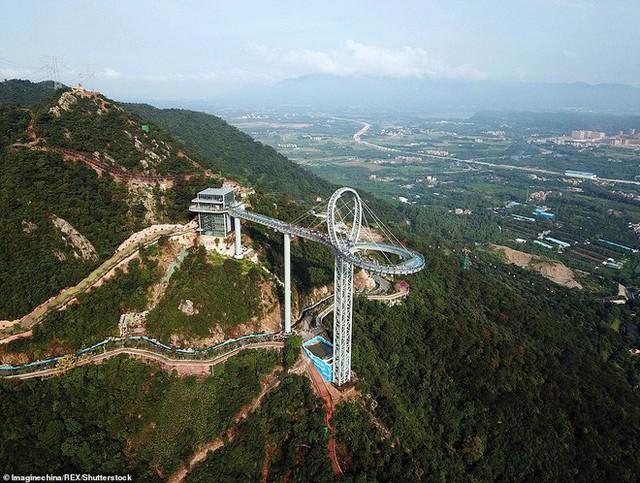 Những cây cầu kính ở Trung Quốc gây choáng váng vì độ hoành tráng, 2 trong số đó từng bị hiểu nhầm là ở... Việt Nam - Ảnh 1.