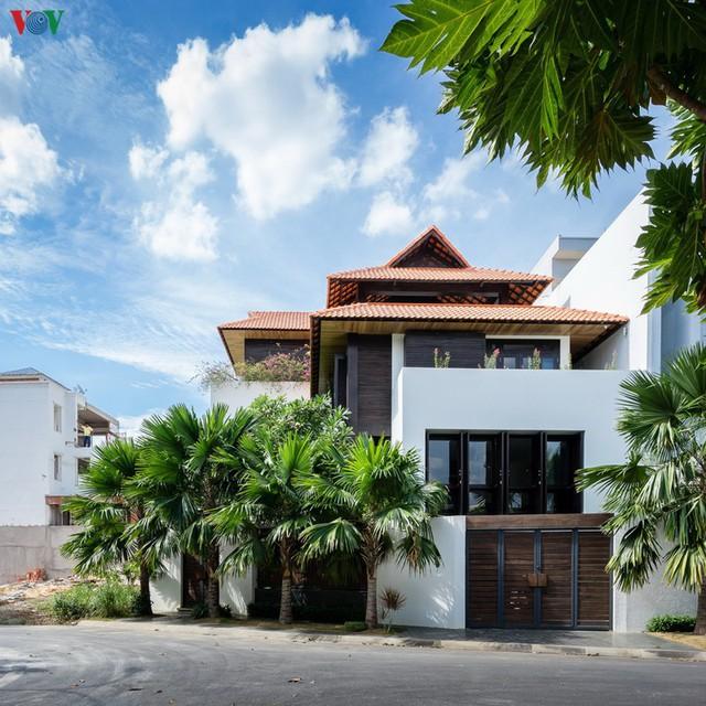 Ngôi nhà mang âm hưởng Huế giữa Sài Gòn - Ảnh 1.