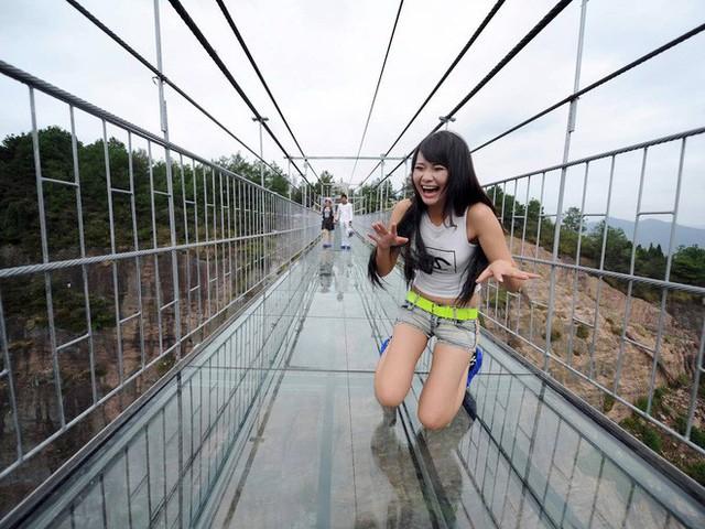 Những cây cầu kính ở Trung Quốc gây choáng váng vì độ hoành tráng, 2 trong số đó từng bị hiểu nhầm là ở... Việt Nam - Ảnh 12.