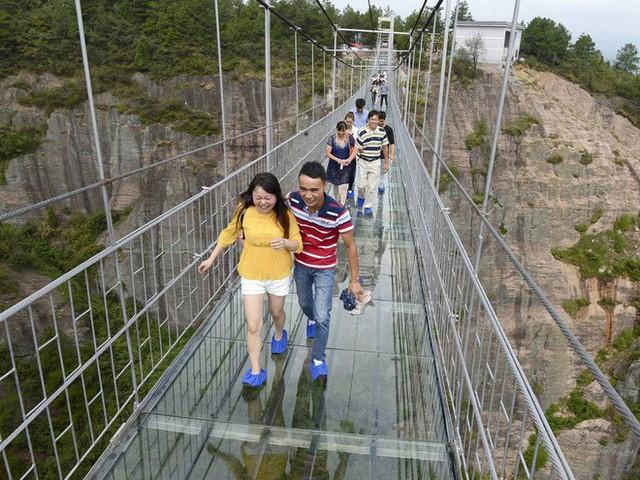 Những cây cầu kính ở Trung Quốc gây choáng váng vì độ hoành tráng, 2 trong số đó từng bị hiểu nhầm là ở... Việt Nam - Ảnh 14.
