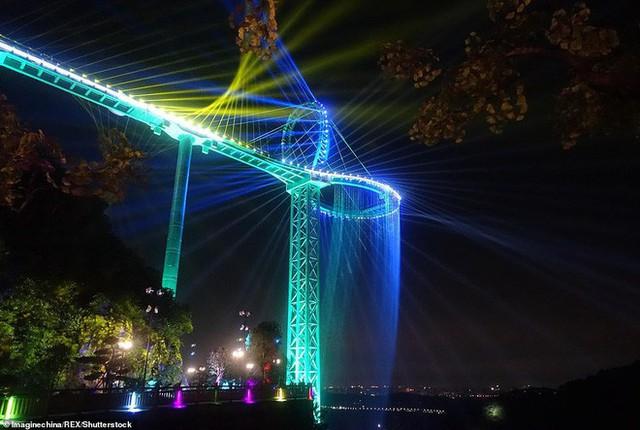 Những cây cầu kính ở Trung Quốc gây choáng váng vì độ hoành tráng, 2 trong số đó từng bị hiểu nhầm là ở... Việt Nam - Ảnh 3.