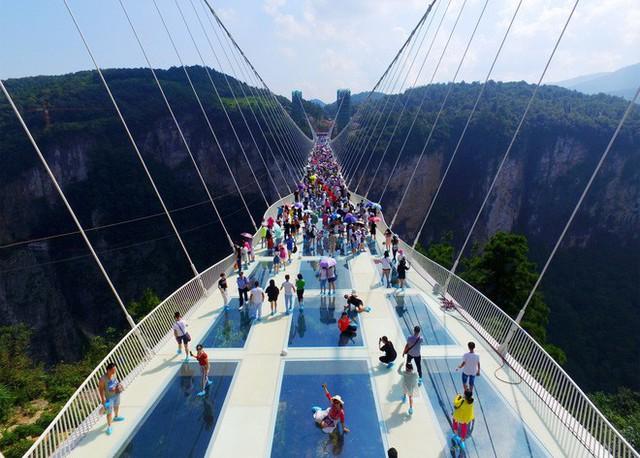 Những cây cầu kính ở Trung Quốc gây choáng váng vì độ hoành tráng, 2 trong số đó từng bị hiểu nhầm là ở... Việt Nam - Ảnh 10.