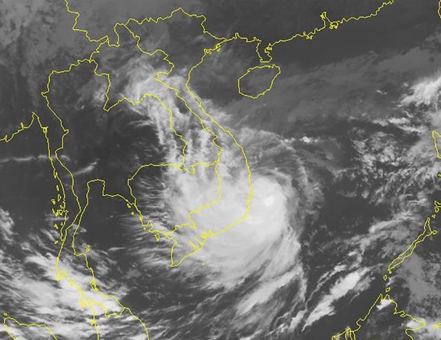Tâm bão đang cách bờ biển Bình Định, Khánh Hòa 140 km - Ảnh 1.