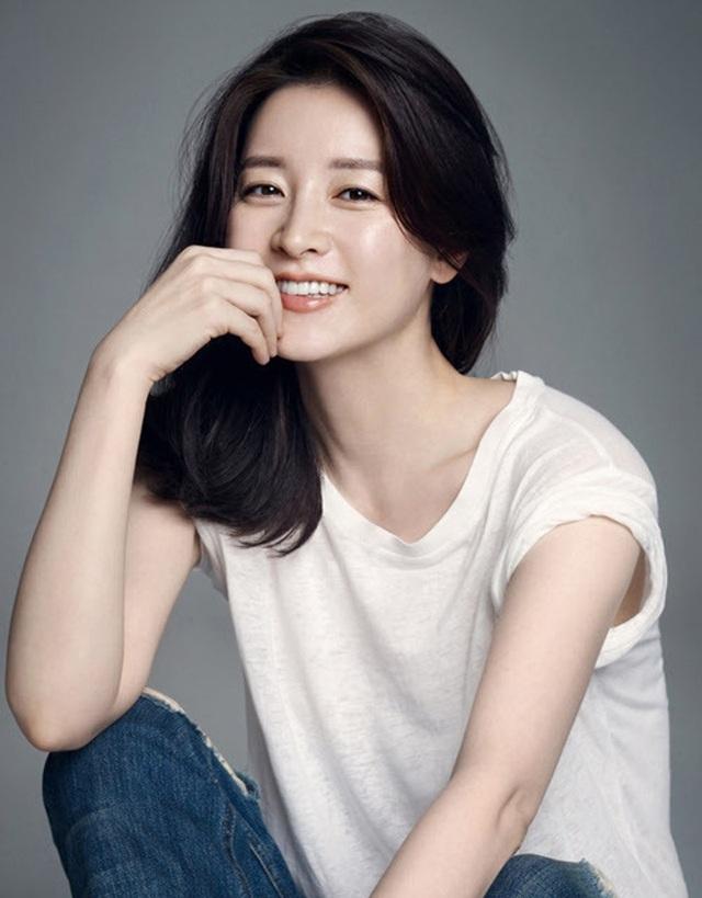 """Dae Jang Geum Lee Young Ae: Từ tượng đài nhan sắc Hàn Quốc tới tin đồn là mẹ chồng """"búp bê xứ Hàn"""" Han Chae Young - Ảnh 1."""