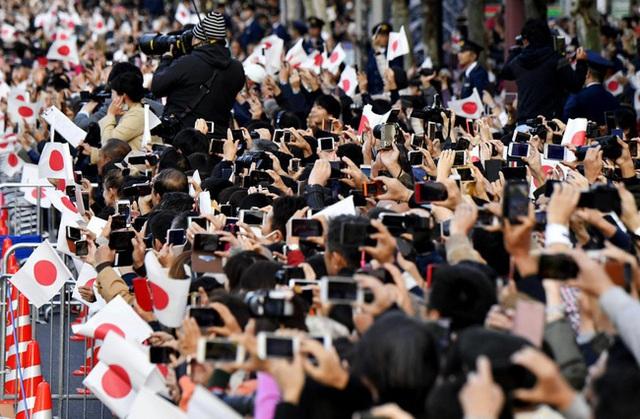 Vợ chồng Nhật hoàng Naruhito diễu hành ra mắt dân chúng, Hoàng hậu Masako gây choáng ngợp với vẻ đẹp rạng rỡ hệt như ngày đầu làm dâu hoàng gia - Ảnh 3.