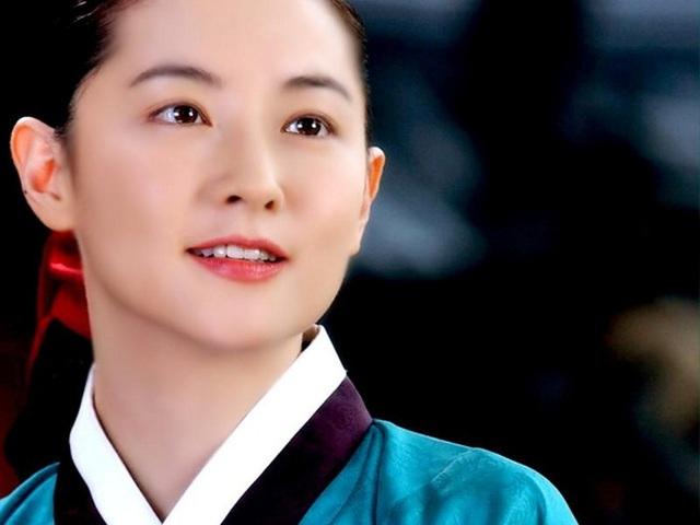 """Dae Jang Geum Lee Young Ae: Từ tượng đài nhan sắc Hàn Quốc tới tin đồn là mẹ chồng """"búp bê xứ Hàn"""" Han Chae Young - Ảnh 6."""