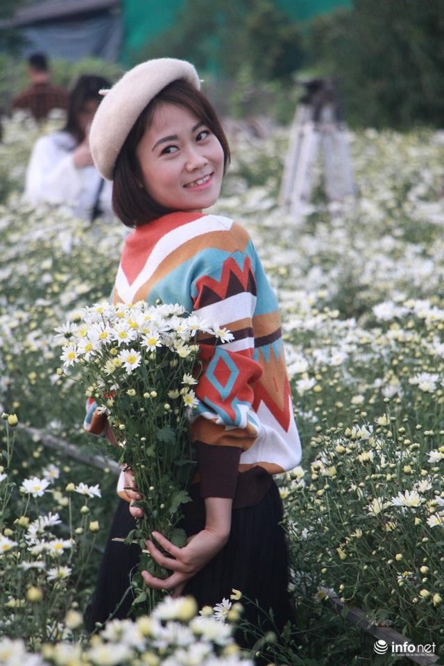 Tắc đường vào vườn hoa Nhật Tân dịp cuối tuần khi dân đổ xô đi chụp cúc họa mi - Ảnh 7.