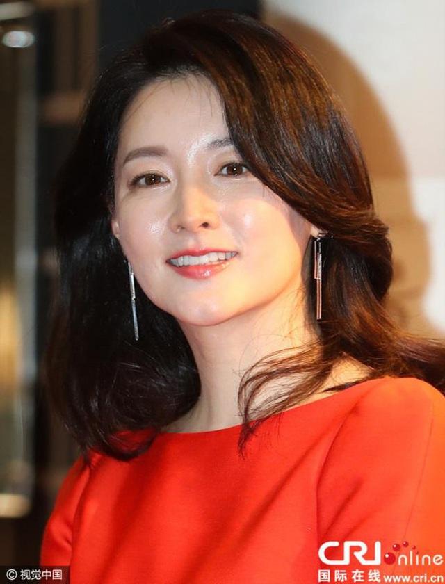 """Dae Jang Geum Lee Young Ae: Từ tượng đài nhan sắc Hàn Quốc tới tin đồn là mẹ chồng """"búp bê xứ Hàn"""" Han Chae Young - Ảnh 8."""