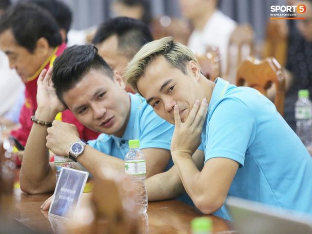 """văn toàn, quang hải - photo 1 15735405598811988429992 - Quang Hải – Văn Toàn nói chuyện """"bí ẩn"""", nhận thưởng khủng trước thềm trận đấu với UAE và Thái Lan tại vòng loại World Cup 2022"""