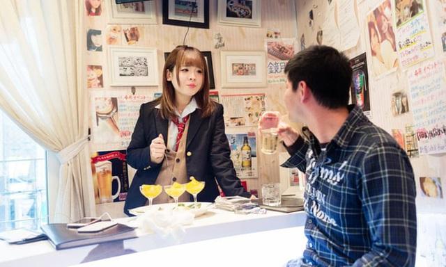 Các thiếu nữ trở thành tầm ngắm của ngành công nghiệp người lớn ở Nhật Bản: Ước mơ làm người nổi tiếng chớp mắt trở thành bi kịch - Ảnh 1.