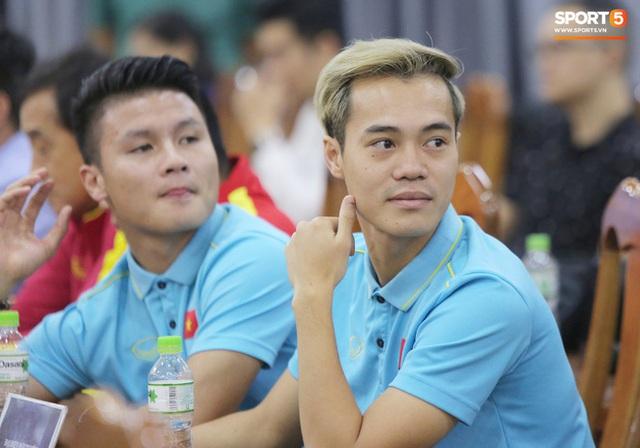 """văn toàn, quang hải - photo 3 1573540559889443148356 - Quang Hải – Văn Toàn nói chuyện """"bí ẩn"""", nhận thưởng khủng trước thềm trận đấu với UAE và Thái Lan tại vòng loại World Cup 2022"""