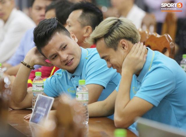 """văn toàn, quang hải - photo 4 15735405598931048041817 - Quang Hải – Văn Toàn nói chuyện """"bí ẩn"""", nhận thưởng khủng trước thềm trận đấu với UAE và Thái Lan tại vòng loại World Cup 2022"""