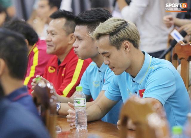 """văn toàn, quang hải - photo 5 15735405598951318453828 - Quang Hải – Văn Toàn nói chuyện """"bí ẩn"""", nhận thưởng khủng trước thềm trận đấu với UAE và Thái Lan tại vòng loại World Cup 2022"""