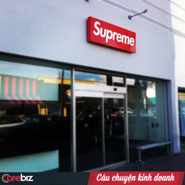Vì sao chỉ cần có logo Supreme, người ta sẵn sàng xếp hàng mua dù đó chỉ là một cục gạch? - Ảnh 1.