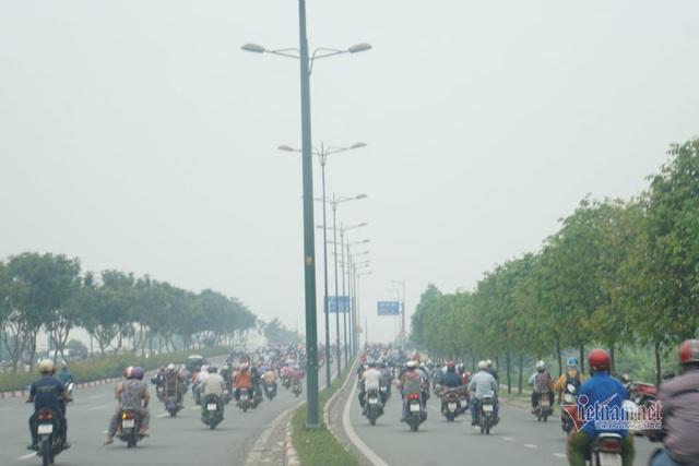 Mù kín đặc vây Sài Gòn, cảnh báo ô nhiễm ở mức nguy hiểm - Ảnh 4.