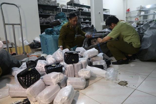 """Đột nhập kho buôn ở Hà Nội, phát hiện hơn 1.000 túi xách """"hàng hiệu"""" giá chỉ từ 40.000 đồng/chiếc - Ảnh 1."""