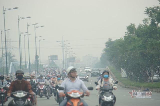Mù kín đặc vây Sài Gòn, cảnh báo ô nhiễm ở mức nguy hiểm - Ảnh 1.