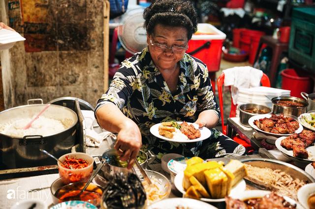 """Hàng """"cơm tấm... bãi rác"""", giá không hề rẻ nhưng sau bao năm vẫn luôn là bà hoàng cơm tấm đêm nức tiếng khắp Sài Gòn - Ảnh 1."""