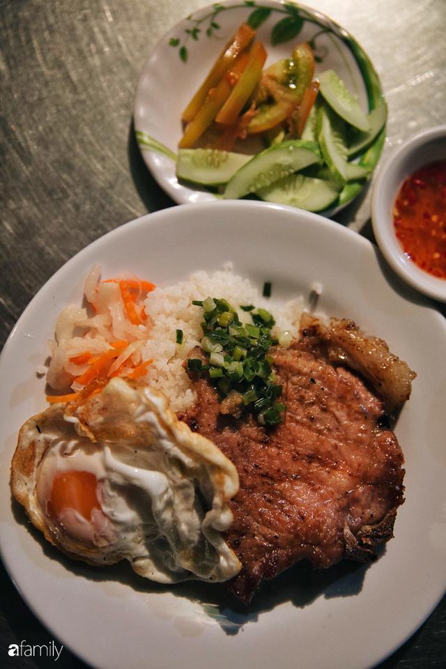 """Hàng """"cơm tấm... bãi rác"""", giá không hề rẻ nhưng sau bao năm vẫn luôn là bà hoàng cơm tấm đêm nức tiếng khắp Sài Gòn - Ảnh 2."""