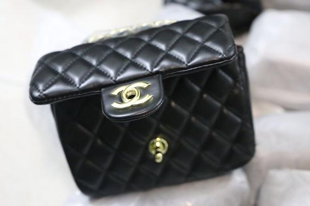 """Đột nhập kho buôn ở Hà Nội, phát hiện hơn 1.000 túi xách """"hàng hiệu"""" giá chỉ từ 40.000 đồng/chiếc - Ảnh 3."""
