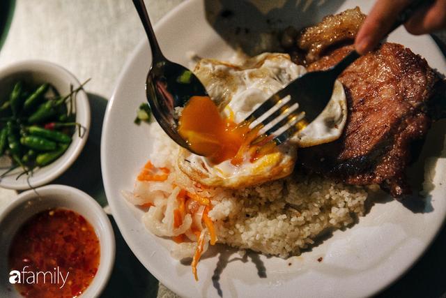 """Hàng """"cơm tấm... bãi rác"""", giá không hề rẻ nhưng sau bao năm vẫn luôn là bà hoàng cơm tấm đêm nức tiếng khắp Sài Gòn - Ảnh 3."""