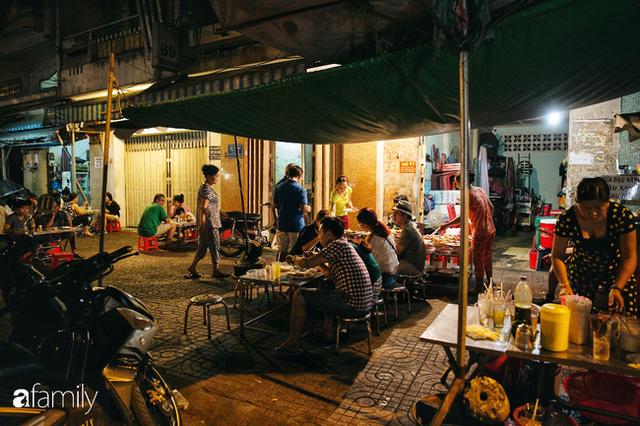 """Hàng """"cơm tấm... bãi rác"""", giá không hề rẻ nhưng sau bao năm vẫn luôn là bà hoàng cơm tấm đêm nức tiếng khắp Sài Gòn - Ảnh 4."""