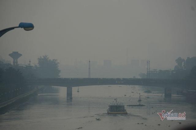 Mù kín đặc vây Sài Gòn, cảnh báo ô nhiễm ở mức nguy hiểm - Ảnh 7.