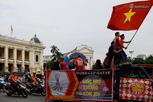 Nhiều giờ trước khi trận đấu giữa Việt Nam và UAE diễn ra, CĐV đã nhuộm đỏ các tuyến đường tiếp lửa cho đội tuyển nước nhà - Ảnh 5.