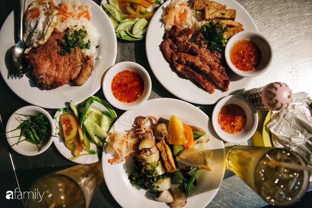"""Hàng """"cơm tấm... bãi rác"""", giá không hề rẻ nhưng sau bao năm vẫn luôn là bà hoàng cơm tấm đêm nức tiếng khắp Sài Gòn - Ảnh 7."""