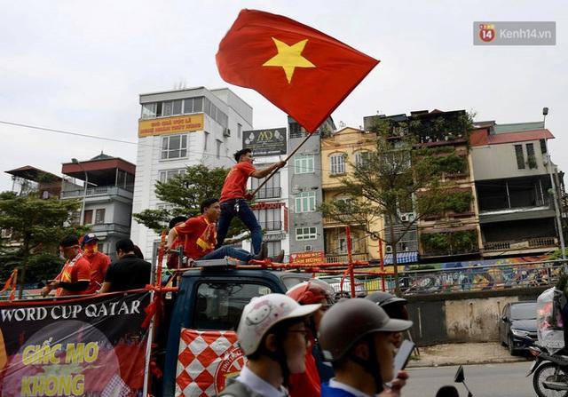 Nhiều giờ trước khi trận đấu giữa Việt Nam và UAE diễn ra, CĐV đã nhuộm đỏ các tuyến đường tiếp lửa cho đội tuyển nước nhà - Ảnh 7.