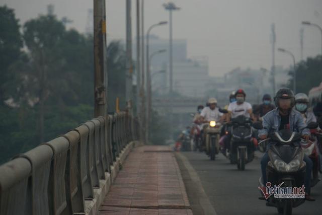 Mù kín đặc vây Sài Gòn, cảnh báo ô nhiễm ở mức nguy hiểm - Ảnh 11.