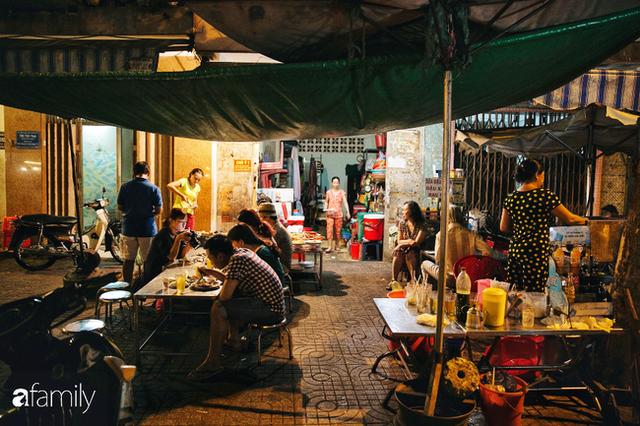 """Hàng """"cơm tấm... bãi rác"""", giá không hề rẻ nhưng sau bao năm vẫn luôn là bà hoàng cơm tấm đêm nức tiếng khắp Sài Gòn - Ảnh 9."""