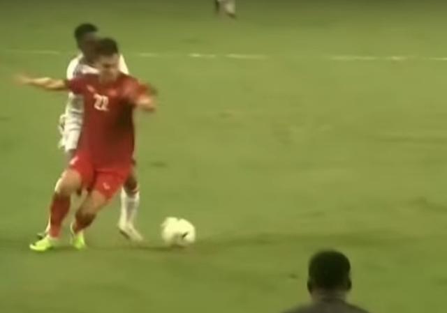Thẻ đỏ cho UAE hoàn toàn chuẩn xác, nhưng không phải bởi xương phía sau chân giòn hơn... - Ảnh 2.