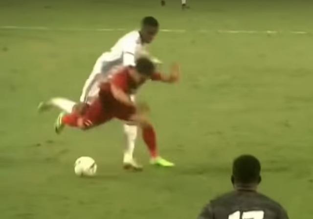 Thẻ đỏ cho UAE hoàn toàn chuẩn xác, nhưng không phải bởi xương phía sau chân giòn hơn... - Ảnh 5.