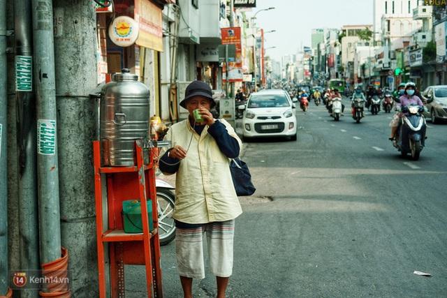 Chuyện dây xích quấn quanh những bình nước miễn phí: Sài Gòn dễ thương, nhưng muốn thương phải chịu khó! - Ảnh 5.
