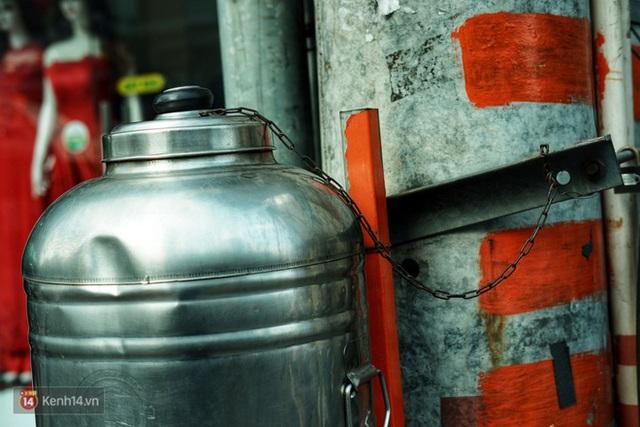 Chuyện dây xích quấn quanh những bình nước miễn phí: Sài Gòn dễ thương, nhưng muốn thương phải chịu khó! - Ảnh 6.