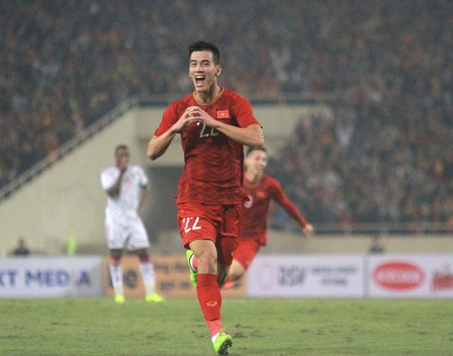 Thưởng nóng cho cầu thủ Việt Nam ghi bàn đầu tiên vào lưới Thái Lan - Ảnh 1.