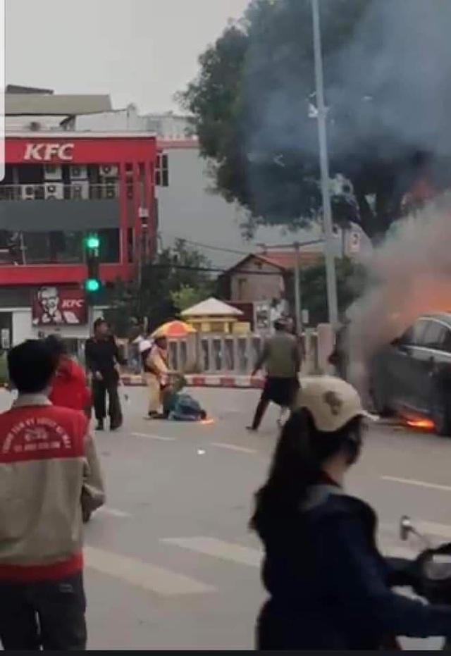 Trung tá CSGT kể chuyện kéo tài xế Grab mắc kẹt ở đầu xe Mercedes đang cháy - Ảnh 1.