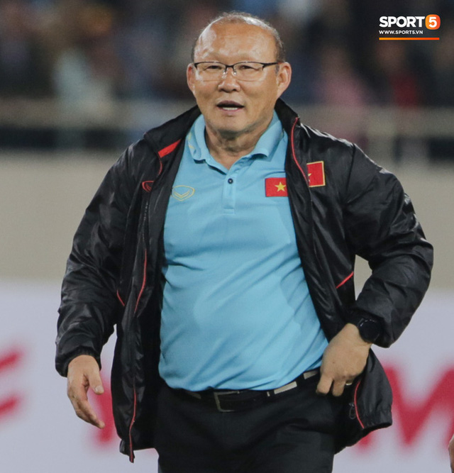 Không chỉ cười mỉa, trợ lý tuyển Thái còn có hành động phản cảm: Miệt thị ngoại hình HLV Park Hang-seo - Ảnh 3.