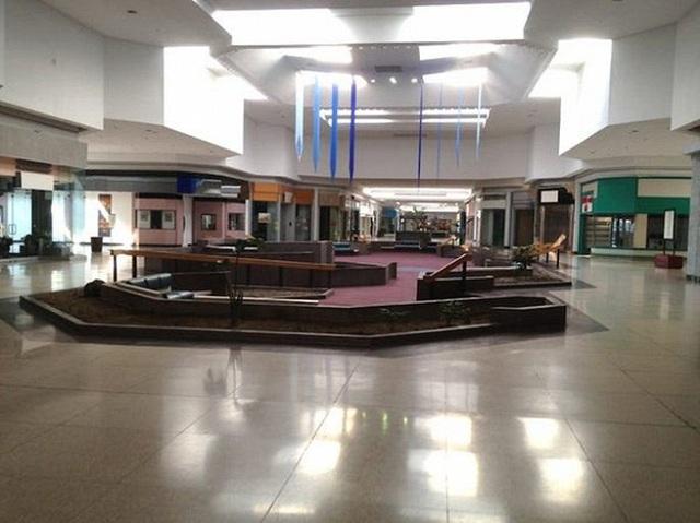 Loạt trung tâm thương mại sang chảnh bị bỏ hoang khắp nước Mỹ - Ảnh 3.