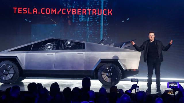 """Elon Musk giận tím người"""" trong ngày ra mắt Cybertruck: Vừa khoe kính xe có khả năng chống đạn và lực đã bị trưởng nhóm thiết kế làm vỡ ngay trên sân khấu - Ảnh 3."""